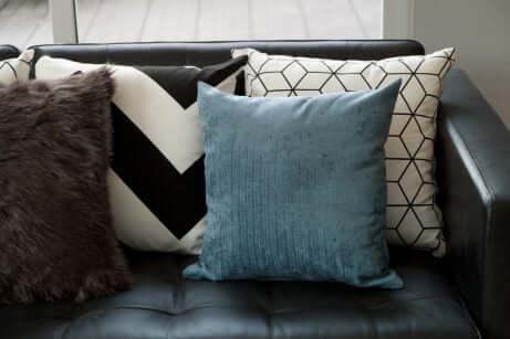 divano-nero-economico-con-cuscini
